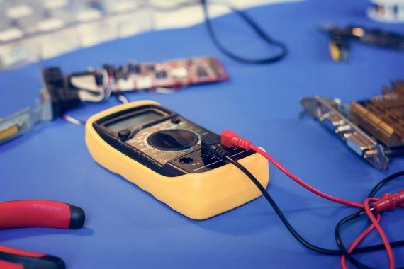 Herramientas para comprobar si hay tensión eléctrica